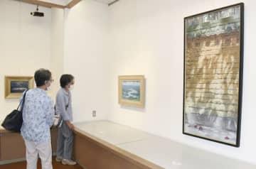 【藤田さんの日本画が並ぶ会場=津市東丸之内の松菱6階美術画廊で】