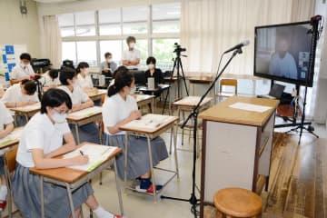 新聞広告制作に向け、watabokuさんの話に聞き入る生徒たち=有田町の有田工高