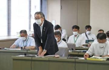 糸魚川市議会の特別委員会で、辞職を表明した藤田年明副市長=21日