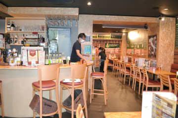 まん延防止等重点措置に従い午後8時前に閉店した飲食店=8日午後8時10分ごろ、千葉市中央区