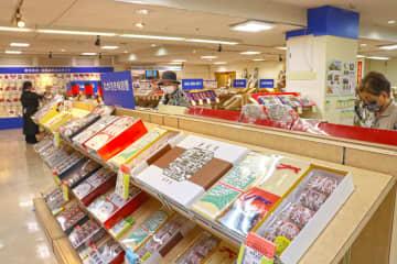 県産品などが一堂に並ぶ中元品コーナー=長崎市、浜屋百貨店