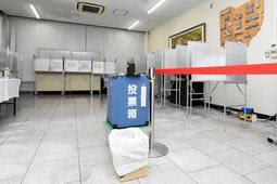 ラジオが流れていた播磨町役場の投票所=同町東本荘1
