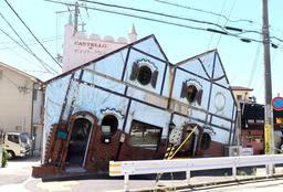 山手幹線沿いの傾いた建物=神戸市灘区永手町1