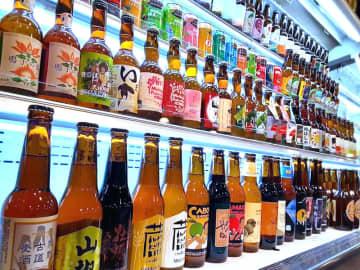 全国から取り寄せられたサイダーと地ビール=東金市