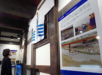 渡御の行程や歴史を示すパネル=21日、堺市堺区の町家歴史館山口家住宅