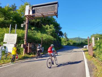 約1年ぶりに開通した観光道路「乗鞍スカイライン」のゲート=22日午前、岐阜県高山市(岐阜県提供)