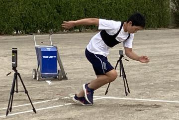 GNSSの受信機を装着して走る生徒(清真学園高提供)