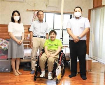 「自動車事故対策機構の支援が心の支えになる」と話す森田典子さん(右から2人目)、秀治さん(右から3人目)夫妻。左右は機構熊本支所の職員=14日、熊本市南区