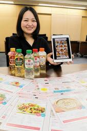 人気企画「日の出自炊女子部」で取り上げたレシピと、担当の浅間桃子さん=稲美町蛸草、キング醸造