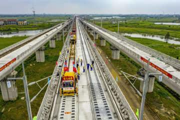 高速鉄道の建設現場=4月、中国湖北省黄岡市(新華社=共同)
