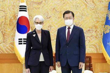 22日、ソウルの韓国大統領府で面会した文在寅大統領(右)とシャーマン米国務副長官(韓国大統領府提供・共同)