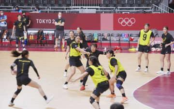オランダとの1次リーグ初戦に向け、本番会場で調整するハンドボール女子日本代表=国立代々木競技場