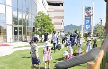 復活したチェリーガーデンの遊具などで遊ぶ子どもら=岐阜市正木中、マーサ21