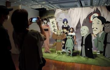 「夏目友人帳展」で、登場するキャラクターと写真を撮って楽しむ親子ら=熊本市中央区