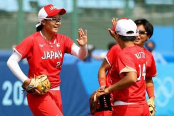 好リリーフを見せたソフトボール日本代表・後藤希友(左)【写真:Getty Images】