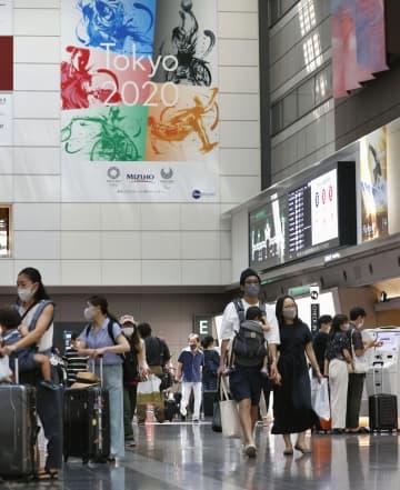 4連休の初日、多くの利用客が行き交う羽田空港の出発ロビー=22日午前