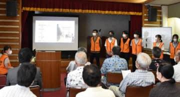 地域住民らに向けて青島の活性化策を提言する宮崎大地域資源創成学部の学生ら