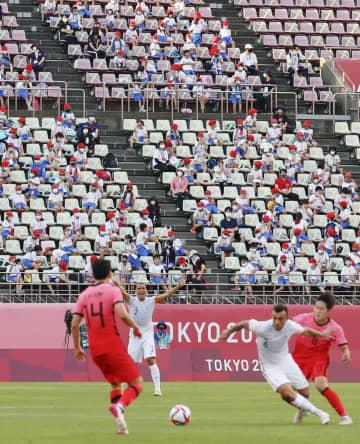 サッカー男子1次リーグのニュージーランド―韓国戦を観戦する児童ら=カシマスタジアム