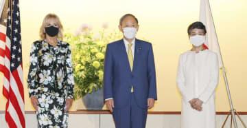 ジル・バイデン米大統領夫人(左)との意見交換に臨む菅首相。右は真理子夫人=22日午後、東京・元赤坂の迎賓館(代表撮影)