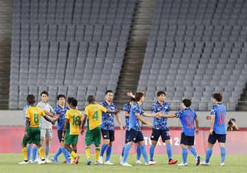 南アフリカに勝利し、タッチを交わす日本イレブン=味の素スタジアム