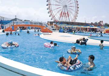 プール遊びを楽しむ来園者=魚津市のミラージュランド