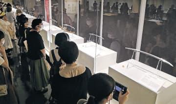展示された加州刀を楽しむ来館者=石川県立歴史博物館