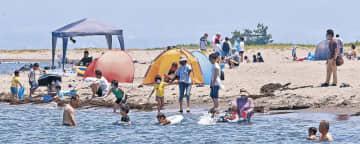 海水浴を楽しむ家族連れ=富山市の岩瀬浜