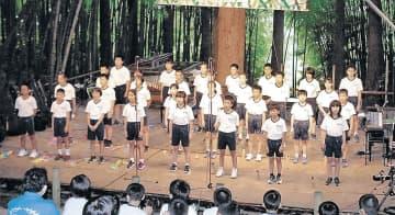 合唱を披露する湖南小児童=氷見市飯久保