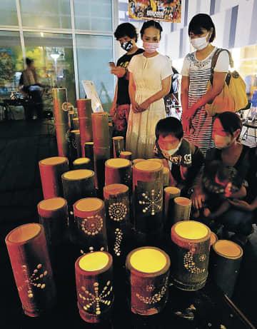 竹明かりを眺める参加者=富山市のウエストプラザ