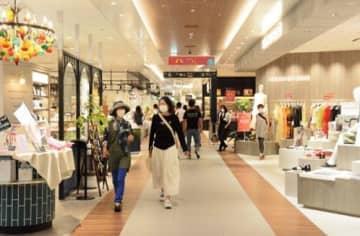 開業から3カ月となるアミュプラザくまもとの館内。5~6月に比べ、7月は客足も戻ってきたという=20日、熊本市西区