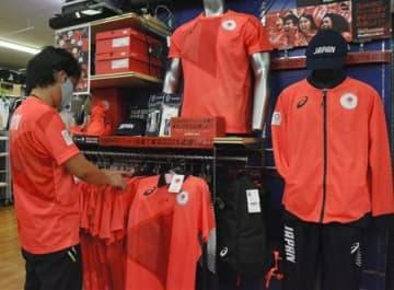 ウエアやタオルなど東京五輪の公式商品を販売しているハヤカワスポーツ上通本店=22日、熊本市中央区