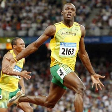 2008年北京五輪の陸上男子100メートル決勝を世界新記録(当時)でゴールするウサイン・ボルト氏(共同)