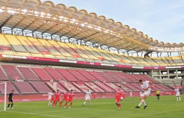 カシマスタジアムでの東京五輪サッカー競技初戦、ニュージーランド-韓国。原則無観客での開催となり、バックスタンドには「KASHIMA」「IBARAKI」の座席文字が浮かび上がった=22日午後6時20分、