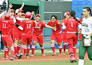 【日本―メキシコ】延長8回裏タイブレーク1死三塁、渥美〈12〉の内野安打でサヨナラ勝ちし喜び合う日本=22日、あづま球場