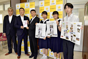 高島顧問(左から2人目)から目録を受け取る湯田会長(同3人目)と代表生徒ら