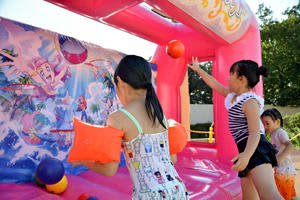 遊び場でフリースローを楽しむ子どもたち