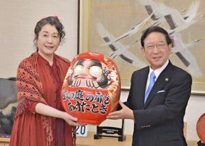 松坂さんに白河だるまを贈る鈴木市長