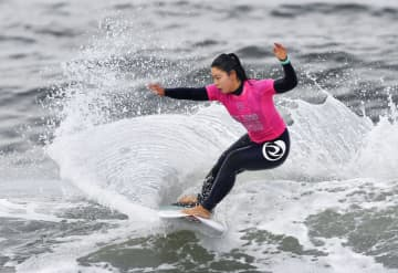 サーフィン女子、都筑が優勝