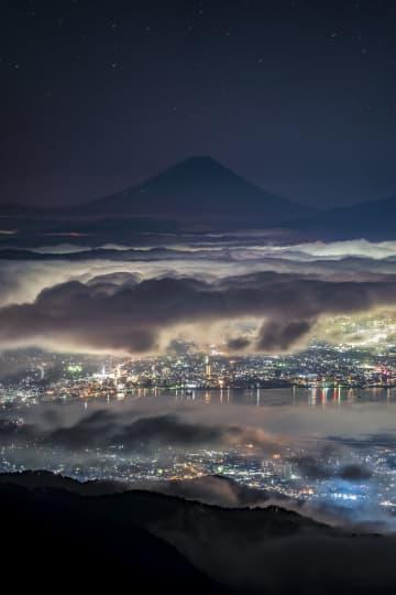 「雲の上から街を見守る富士山」の写真が神秘的…圧巻の光景の撮影方法を投稿者に聞いた 画像