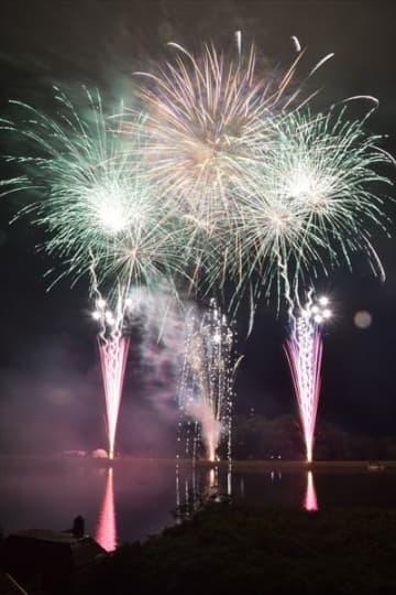 湖面に輝く花火大会開催 18日から、りんどう湖ファミリー牧場