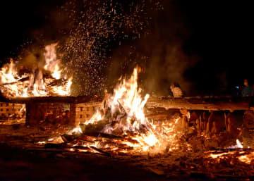 コロナ退散 安寧願い 宵闇に炎 赤々と 2年ぶりに萩荘野焼まつり