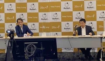 デジタル銀行の立ち上げに意欲を示すリネットジャパングループの黒田社長(左)とソラミツの宮沢社長=14日、東京・千代田区(NNA撮影)