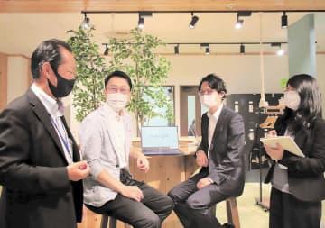 談笑する(左から)今野事務局長と起業した伊深さん、遠藤さんら=仙台市若林区