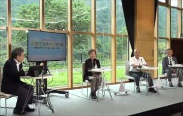 「高齢化は怖くない」などと持論を展開した南牧村の長谷川村長(右から2人目)(NHKエンタープライズ提供)