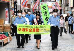 商店街を歩いて啓発する大仁田美咲さん(前列中央)=灘区の水道筋商店街