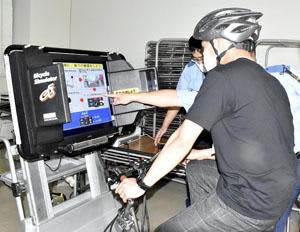 シミュレーターを使いながら交通ルールを学ぶ参加者