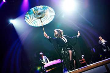 ライブパフォーマンスで岐阜和傘を使う和楽器バンド=8月下旬、横浜市、パシフィコ横浜(撮影・KEIKO TANABE)