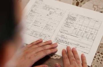 長女の特別児童扶養手当の申請が却下された女性。手元にあるのは申請書=児湯郡内