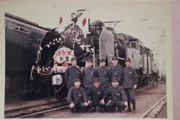 1972年ごろ、蒸気機関車の引退に合わせて撮影した記念写真=松本雅夫さん提供