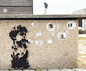 アクアマリンパークのベンチに描かれた落書き=14日午前、いわき市小名浜